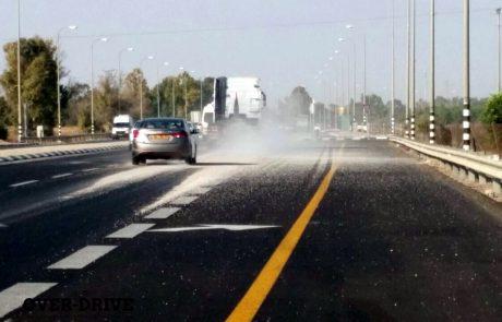 נהג משאית פרק מטען עודף באמצע הכביש כדי להימנע מדוח